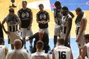 Tréner BC Prievidza Tihomir Bujan (uprostred) a hráči BC Prievidza - ilustračná fotografia.