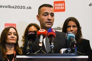 Predseda strany Dobrá voľba Tomáš Drucker (uprostred) počas tlačovej besedy po skončení ustanovujúceho snemu.