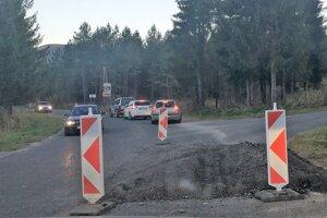 Na ceste pred Oravicami je niekoľko vyfrézovaných úsekov.
