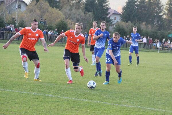 Nižná (v modrom) viedla nad Chlebnicami už 2:0, ale záver zápasu nezvládla.