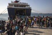 Migranti v prístave neďaleko Atén.