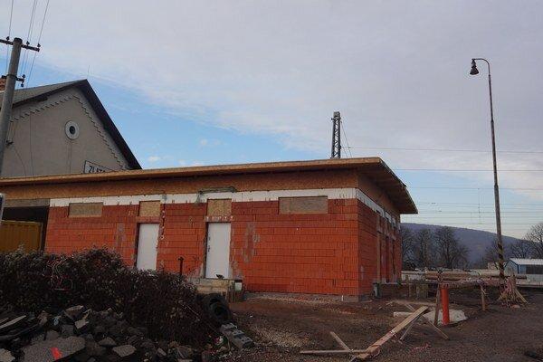 Na zlatovskej stanici pokračujú práce na novej budove.