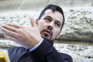 Juraj Šeliga počas brífingu pri príležitosti podania trestného oznámenia na Trnku a podnetu generálnemu prokurátorovi Čižnárovi.