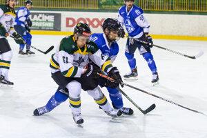 Jaroslav Markovič v súboji o puk s jedným z martinských hokejistov.
