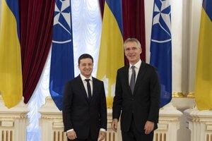 Ukrajinský prezident Volodymyr Zelenskyj s generálnym tajomníkom NATO Jensom Stoltenbergom v Kyjeve.
