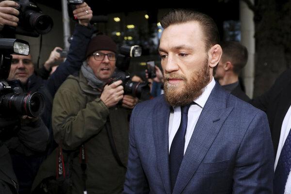 Conor McGregor odchádza zo súdu v Dubline.