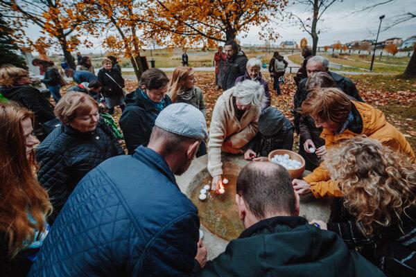 Dušičková slávnosť na prírodnom cintoríne vo Zvolene.