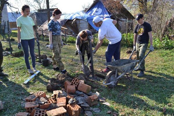 Ruskí študenti z Permu opravovali vojnové cintoríny v Mikovej.