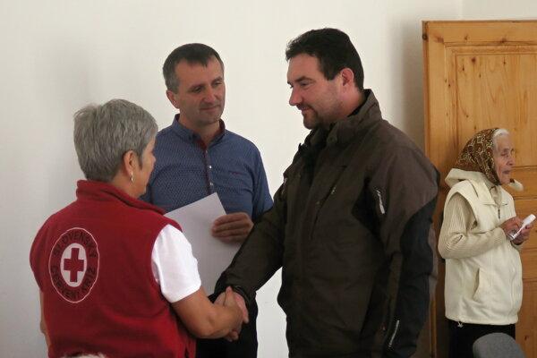 Jozef Svitek (vpravo) sa stará sám o päť detí. Potravinový balík mu veľmi pomohol.