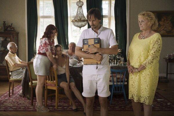 V hlavných úlohách filmu Žaby bez jazyka sa predstavia Jaroslav Plesl, Regina Rázlová, Petra Fornayová a Jazmína Cigánková.