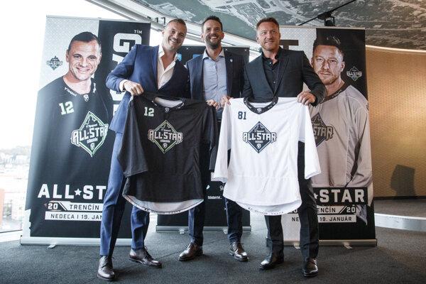 Slovenské hokejové legendy Marián Gáborík, Richard Lintner a Marián Hossa so špeciálnymi dresmi pripravovaného Zápasu hviezd počas tlačovej konferencie hokejovej Tipsport ligy o Zápase hviezd, ktorý sa uskutočni vo februári v Trenčíne.