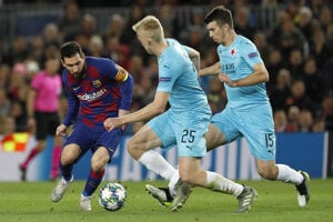 Lionel Messi (vľavo) v zápase Ligy majstrov 2019/2020 FC Barcelona - Slavia Praha.