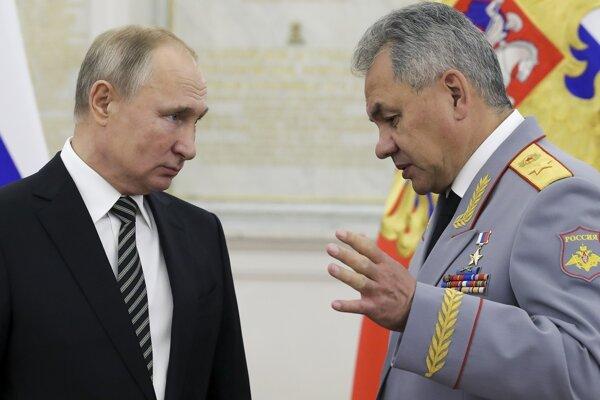 Ruský prezident Vladimir Putin, vpravo minister obrany Ruska Sergej Šojgu.