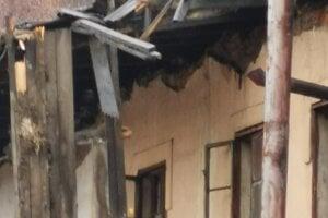 Detail spadnutej strechy.
