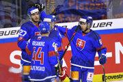 Slovenskí hokejisti po góle do siete Švajčiarska.