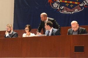 Hlavný kontrolór Pavol Gallo (vpravo) preverí konanie vedenia mesta okolo asanačky.