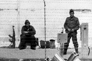 Na snímke z r.1978 hliadkujúci východonemeckí pohraničníci na Berlínskom múre.