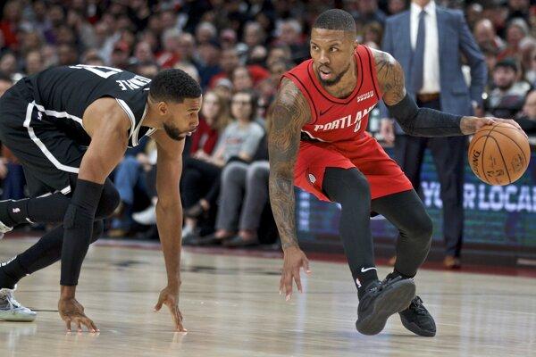 Damian Lillard (vpravo) a Garrett Temple v zápase základnej časti NBA 2019/2020 Portland - Brooklyn.