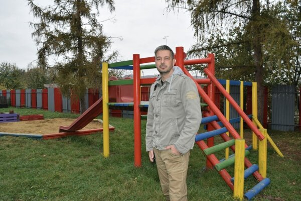 Riaditeľ základnej školy v Haliči, Radoslav Čičmanec na pripravovanom detskom ihrisku.