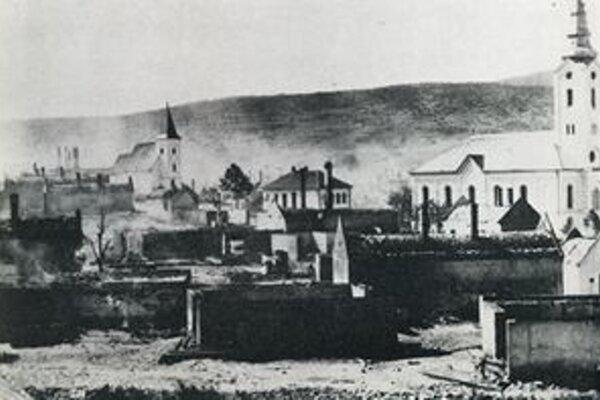 Na dobovej fotografii je Važec po požiari. Maliar Jan Hála nazval zničenú dedinu cintorínom snov.