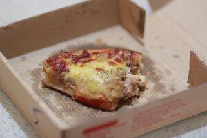Krabice od pizze do triedeného zberu nepatrí, pretože je znečistená, vyhoďte ju do zmesového odpadu.