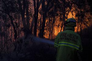 Austrálski hasiči zasahujú pri Woodforde 8. novembra 2019.