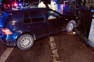 Jedno z áut skončilo na chodníku.