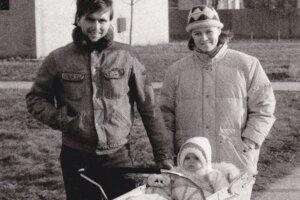 Manželia Renáta a Pavol Vitkovi v novembri 1989. V kočiari malá Zuzka.