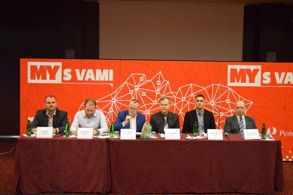Diskutujúci na stredajšom diskusnom fóre Smart Cities v Žiline.