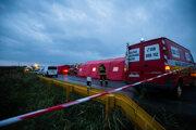 Pri nehode zasahovali desiatky hasičov.