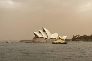 Dym z požiarov zahalil oblohu nad Sydney.
