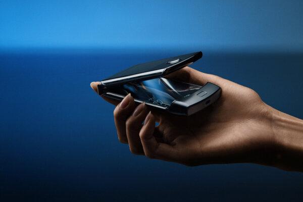 Motorola predstavila modernú verziu ikonického véčkového telefónu Razr so skladacím displejom.