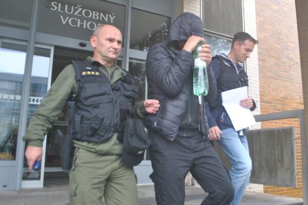 Jedného z Ukrajincov odvádzajú do väznice.