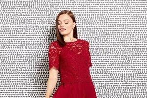 Červená je príjemne osviežujúca a omladzujúca. Formálna, no pritom veľmi ženská a uvoľnená je aj stredná dĺžka sukne po lýtka.