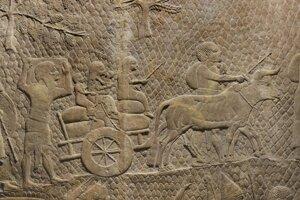 Reliéf, ktorý pochádza z historického mesta Ninive. Zobrazuje deportovaných ľudí po obliehaní izraelského mesta Lachíš, ktoré dobyl novoasýrsky kráľ Sinacherib.