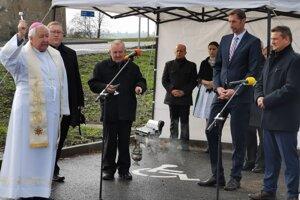 Mons. Štefan Sečka požehnáva nové parkovisko.