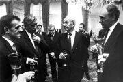 Na Pražskom hrade zložili 10. decembra 1989 sľub do rúk prezidenta ČSSR Gustáva Husáka noví členovia vlády. Sprava predseda vlády Marián Čalfa, G. Husák, Jiří Dienstbier a Richard Sacher.