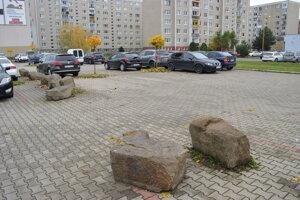 Parkovisko na Magurskej ulici je predelené balvanmi.