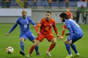 Reprezentant Walesu Aaron Ramsey medzi protihráčmi Richardom Almeidom (vľavo) a Badavim Husejnovom z Azerbajdžanu.