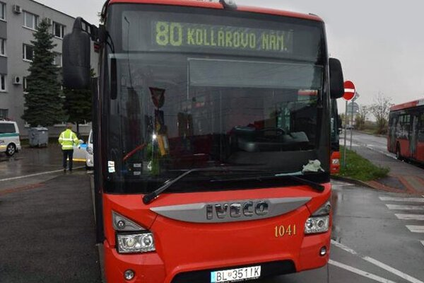Do štatistík pribudla nehoda vodiča autobusu, ktorý nafúkal zostatkový alkohol.