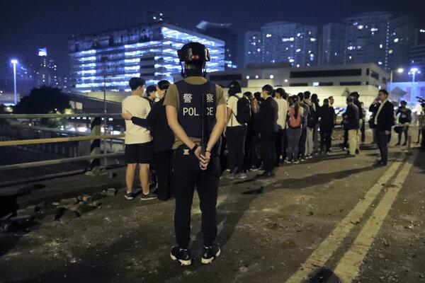 Ulica v Hongkungu po protestoch v noci na utorok.