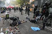 Poícia zasahuje proti demonštrantovi v Hongkongu.