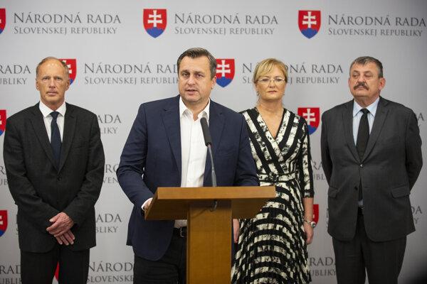 V popredí predseda strany SNS Andrej Danko a v zadnom rade kandidáti do parlamentných volieb 2020 za stranu SNS zľava Jaroslav Paška, Eva Smolíková a Anton Hrnko  počas tlačovej konferencie pri predstavení kandidátky SNS.