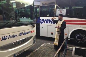 Nové autobusy posvätil kňaz.