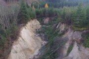 Pohľad na miesto, odkiaľ voda odplavila stovky metrov kubických kalov.