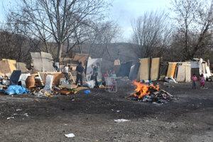 Tu žije rodina s približne 50 členmi. Obávajú sa straty domova.