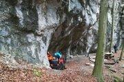 Nezvestného muža našli v stene strmej Jelenskej skaly. Už však nejavil známky života.