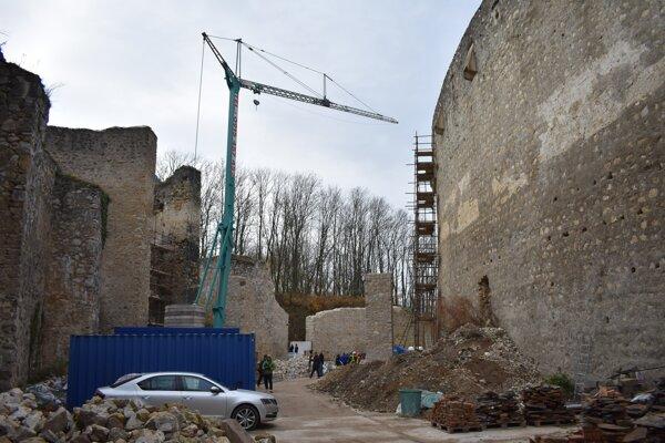 Pohľad z hradnej priekopy.