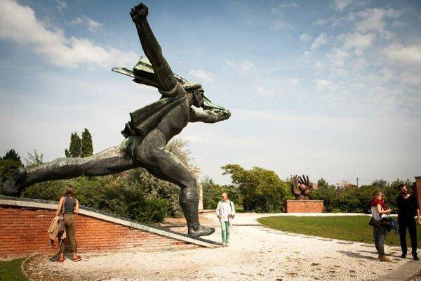 Memento park v Budapešti je turisticky vyhľadávanou atrakciou, kde je umiestnených asi 40 diel z doby totality.