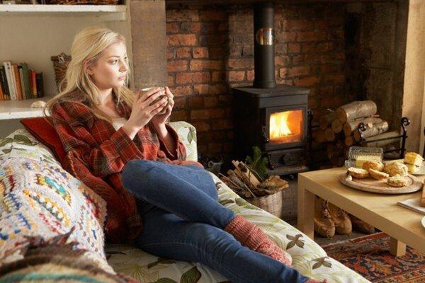 Nezabudnite v kozube zapáliť oheň, prípadne použite žiarovky steplým atlmenejším svetlom.